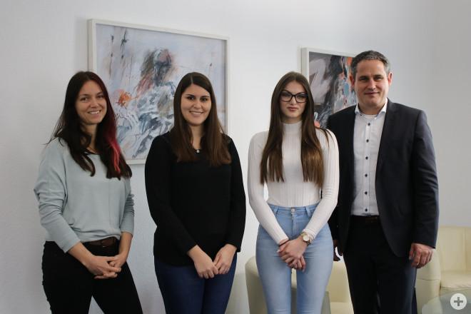 Ausbildungsbeauftragte Karin Ziegler, Sabrina Fergec, Anna Ilicic, Bürgermeister Dirk Harscher